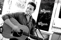 Douwe Bob @ Sounds, Haarlem (worldwidephotos.nl) Tags: music haarlem store concert live jp record sounds instore noordholland posthuma hoekstra haarlemnoord worldwidephotosnl aryjandewitte douwebob debestesingersongwriter