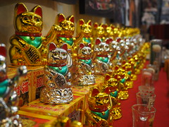 Hua Hin - Lucky cat galore (Maneki-neko) (sharko333) Tags: travel voyage reise asia asie asien thailand thailande huahin  street market shop cat manekineko olympus em1