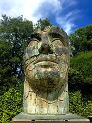 Testa gigante (Marco Borin) Tags: statua testa alberi cielo nuvole verde giardino boboli firenze