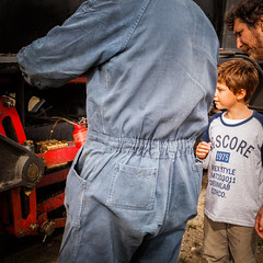 a los nios les gustan los trenes (FJTUrban (sommelier d mojitos)) Tags: patagonia man argentina ruta train tren kid steam 40 trochita nio vapor hombre chubut rn40 henschelsohn