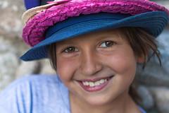 28/52 Sonrisas y sombreros (Nathalie Le Bris) Tags: summer verano t chapeau hat sombrero portrait retrato child enfant nia sonrisa sourire smile 7dwf