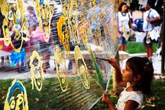 rimbalzi di sguardi (miriam.lonardi) Tags: fujifilm fujifilmxt10 fuji fujinon fujinonxc1650mm tocat tocat2016 verona veronacity veronacitycenter veronacentro bambina pittura pitturare facce parco persone