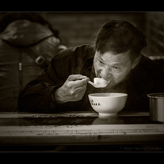 Wonton  (hgviola ) Tags: china street bw food man sepia soup restaurant essen nikon shanghai alt streetphotography 85mm delicious meal wonton sw mann hungry tradition schwarzweiss makan suppe wantan chinesisch lecker d300  garkche  oldchina enak teigtaschen streetfotografie hgviola