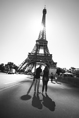 couple at the Eiffel tower II (RuinOfDecay!) Tags: ruinofdecay ruinodecay canon canoneos60d 1018mm weitwinkel wideangle latoureiffel eiffelturm eiffeltower paris france frankreich europa reuope city street couple passanger passangers bw sw schwarzweis monochrome shadow schatten sun sonne gegenlicht candid streetphotography streetfotografie strasenfotografie