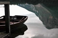 Si prega di non salire sulla barca.... (Annamaria Rizzi) Tags: barca lago lagoditovel riflesso montagna