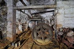 En bas d'une grande descenderie (flallier) Tags: mine bauxite aluminium rails voiesferres chemindefer batteries treuil roue underground descenderie planinclin