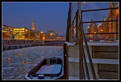 Eiskanal (Gelegenheitsknipser) Tags: city winter light sunset reflection tower ice church port river germany deutschland dawn licht frozen europa europe sonnenuntergang nightshot harbour hamburg 2006 steeple spire hh kanal dmmerung anleger fleet hafen fluss turm eis spiegelung channel elbe hamburgerhafen innenstadt reflektion nachtaufnahme stadthafen hanse hansestadt abendrot mirroring hamburgharbour norddeutschland stkatharinen kirchturm baumwall northerngermany gefroren zollkanal hafenhamburg katharinenkirche hamburgbeinacht hamburgatnight daemmerung barkassen hansestadthamburg hamburgnight portofhamburg hamburgwaltershof krche hamburgbynight loadingcanal gelegenheitsknipser cityhafen mpfotonet gelegenheitsknipserde marcopagel