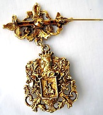Chivalry dangle brooch - back (MidCenturian) Tags: blue vintage gold king brooch jewelry knight steed dangle cobalt crusades haskell goldtone unsignedmiriamhaskell