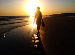 brillante (mesana62) Tags: ocean light sunset orange woman white nature girl silhouette skyline atardecer spain free playa andalucia note galaxy oceano orilla cylon13