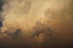 Col naso all'insù #cielo#sky#tramonto#sunset#atardecer#nuvole#nubes#clouds#nuvokedipanna#creamclouds#mubesdecrema#meraviglioso#hermoso#wonderfull#spettacolo#espectaculo#espectacular#nero#black#negro#bianco#blanco#white#rosso#rojo#red#romantico#romantic