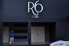 R6 Club (Otaclio Rodrigues) Tags: fachada facade clube club boate nightclub homem man carro car entrada entrance fechado closed rua street urban cidade resende brasil oro letreiro logomarca logo portas doors