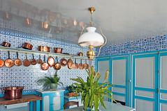 P1090745 - P1090741 - Maison et jardins de Claude Monet: Intrieur de la maison de Monet,  Giverny : cuisine (Rolye) Tags: giverny claudemonet france normandie kitchen cuisine casseroles cuivre