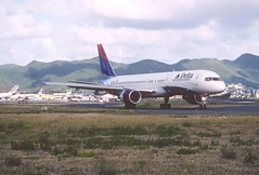 285ct - Delta Air Lines Boeing 757-232; N679DA@SXM;07.03.2004 (Aero Icarus) Tags: avion plane aircraft flugzeug slidescan princessjulianainternationalairport saintmartin sintmaarten sxm