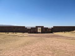"""Tiwanaku: une porte du Kalasasaya, probablement un observatoire solaire. Tout le temple semble avoir été construit en fonction du soleil (solstice, équinoxe) <a style=""""margin-left:10px; font-size:0.8em;"""" href=""""http://www.flickr.com/photos/127723101@N04/28090945283/"""" target=""""_blank"""">@flickr</a>"""