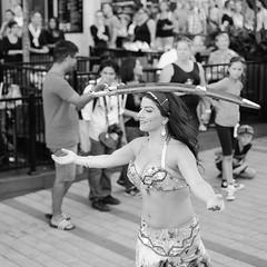 La danseuse au sabre - Montral (Ji-) Tags: street streetphotography noiretblanc blackandwhite festival t summer prsenceautochtone dfil parade fujifilm xt1 fujinon xf35mmf14r danseuse dancer sabre saber