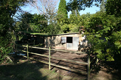 036 (Jusotil_1943) Tags: fences madera arboles entrearboles caseta