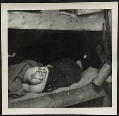 Archiv H281 Schabernack bei der Wehrmacht, 1940er (Hans-Michael Tappen) Tags: archivhansmichaeltappen wwii nazigermany drittesreich thirdreich hintern arsch po reichsarbeitsdienst rad 1940er 1940s jux schuhcreme arschgesicht stockbett gasmaske schabernack