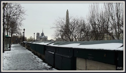 Bouquinistes des quais de Seine sous la neige / Bouquinistes of the river Seine after the snow