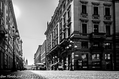Milano, Via Mercanti (as a basset doggy could see it) (Gian Floridia) Tags: milano piazzacordusio viamercanti bn bw backlight basset bassotto bienne controluce dachshund doggy pointsofview pov puntidivista