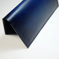 Th mt cht phiu bng ln v tr Em mang v mt cht xanh dng  gi v vi nhng ngi thng Cht tinh t mang hn phiu lng. Bifold longwallet -Deep Ocean, best choice! #thngleather #CraftedinSaigon #handmade #leather #vegtan #thng #th (ith4ng) Tags: ithang thangleathergoods saigon handmade leather