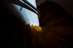 Down into the darkness (Maerten Prins) Tags: nederland netherlands nijmegen lent hotel vandervalk toekan trap wenteltrap stair stairs modern white wit light curve curves abstract composition line lines hall indoor dark shadow black railing