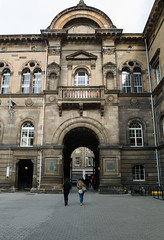 Medical School, University of Edinburgh (David_Leicafan) Tags: 24mmelmaritasph universityofedinburgh school medicalschool sirrobertrowandanderson italianrenaissance pend arch quad courtyard niche pediment balcony sanzaccaria