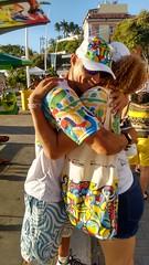 Jovens se abraçam durante ação em Salvador