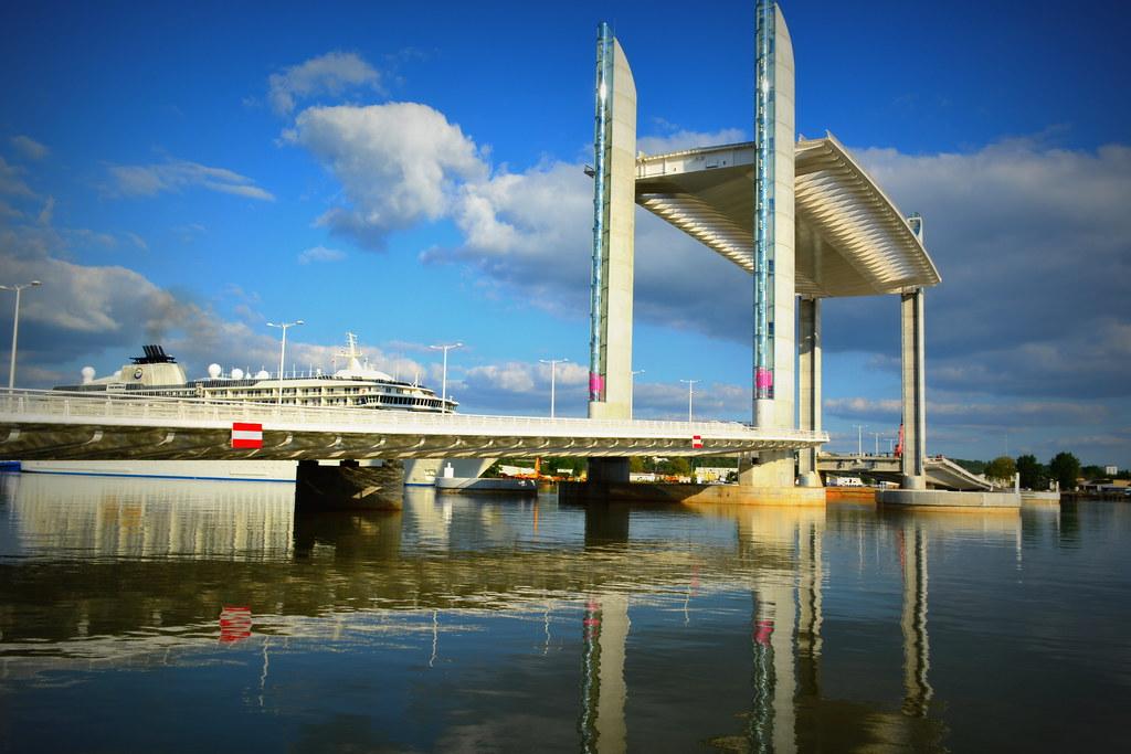 Passage du Paquebot THE WORLD sous le Pont Chaban-Delmas (Bacalan-Bastide) - Bordeaux - 23 avril 2013