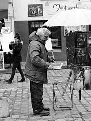 Le peintre ses tableaux pour les touristes et la fille photographe (Paolo Pizzimenti) Tags: paris film paolo olympus montmartre parasol dxo fille f28 homme tableaux argentique e5 artiste peintre photographe doisneau pellicule zuiko1260mm