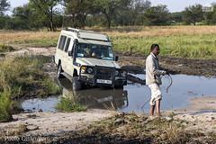 jeep impantanata, a jeep trapped in the mud (paolo.gislimberti) Tags: tanzania serengeti africanparks parchiafricani safarifotografico photographicsafari 4x4 incidentistradali caraccident imprevistidiviaggio unexpectedtravel savana savannah turismo tourism