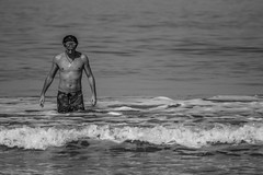 Untitled (Leonardo Alpuin Photography) Tags: portrait retrato men blancoynegro blackandwhite monochrome greyscale pehuen sea waves