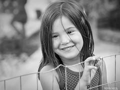 Mi alegra (Nando Verd) Tags: retrato portrait nia chica feliz sonrisa alegria felicidad blanco y negro byn bw monocromo alambrada alambre valla paola bokeh mirada aire libre natural nature girl campo elda petrer alicante