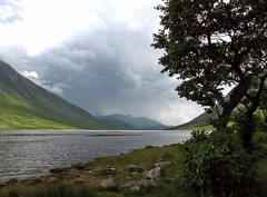 Loch Etive (dorrisd) Tags: uk blue trees sky panorama white lake mountains green nature water leaves clouds reflections landscape lago see scotland bomen travels rocks meer solitude view cloudy threatening natuur wolken tranquility valley gb loch bergen lucht landschap schottland slopes glenetive reizen schotland valetta eenzaamheid innsj stenen scozia  cosse reflecties lochetive dreigend hellingen flickraward canonpowershotsx10is dorrisd albein lightroom36 mienekeandewegvanrijn