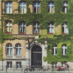 Nostalgie. (www.juliadavilalampe.com) Tags: windows berlin architecture germany deutschland europe bikes ciudad stadt alemania
