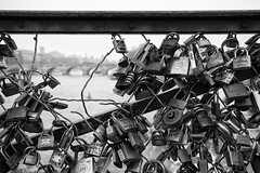 pont des arts  .  love hurts (Antnio Alfarroba) Tags: bridge paris love seine cadenas memorial hole b