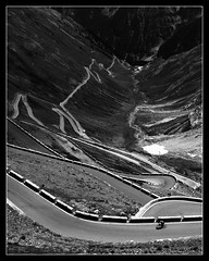 La dicesa (Herminio.) Tags: road italien bw italy mountain alps alpes puerto strada italia carretera curves pass valle pb bn adventure route val bmw 1200 alpen curve montaa pas alpi gs italie tal montanya kurve curvas curva passo colle stelvio kurven vale gs1200