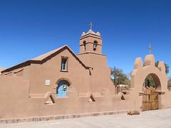 "San Pedro de Atacama et son église en adobe <a style=""margin-left:10px; font-size:0.8em;"" href=""http://www.flickr.com/photos/127723101@N04/28609051953/"" target=""_blank"">@flickr</a>"