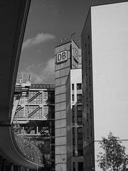DB mit Kurve (the future is analog) Tags: berlin hauptbahnhof hbf main station bw architecture architektur germany german deutsche bahn bahnhof