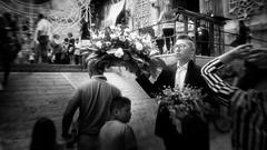 ... e ci sar sempre una madonna che scender dall'altare (Angelo Trapani) Tags: palermo capo mercatodelcapo madonna modannadellamercede maruonnamicc processione devozione festa fedeli fiori religione
