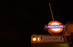 Métro, Londres - Underground, London, Clapham Common (blafond) Tags: londres london underground tube claphamcommon sign undergroundsignatnight