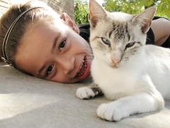 H4 (le jardin public - CS Photo) Tags: portrait pets cute girl smile smiling cat child retrato gato criana menina mdchen