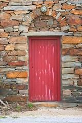 Και λιγο νησάκι... (digifancanon) Tags: door wood red stone island aegean kea cyclades patina canoneos5d ελλαδα νησι κοκκινο ταξιδι ξυλο κυκλαδεσ τζια πετρα κεα ef24105mm40l ευρυγώνιοσ προορισμοσ