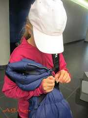 La nia y el caramelo... (AGirau ...) Tags: eva flickr nia tenis margarita gorra caramelo visera agirau
