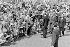 Vlieland - Koninginnedag 1993 (Dirk Bruin) Tags: vlieland 1993 beatrix koninginnedag burgemeester koning kroning oranjevereniging johnvandelangenberg suussoolsmadenijs