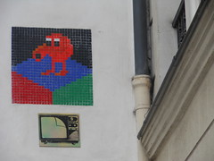 Paris - Le Marais, Tag de l'artiste urbain NEPOS connu pour ses collages et pochoirs de tlvisions, avril 2013 (GE916) Tags: paris collages tag marais urbain artiste pochoirs nepos tlvisions