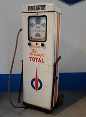 Pompe SATAM Mlange 2 temps TOTAL (xavnco2) Tags: france museum logo mix garage muse essence museo total mechanic mlange vienne atelier poitou marque mcanique 2stroke chatellerault stationservice pompe matriel 2temps automotovlo
