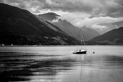 Calm before the storm (Red.H.) Tags: lake mountain water austria gmunden boot bateau lac sky cloud blackandwhite