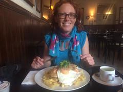 """San Pedro de Atacama: Salmon a lo Pobre (saumon du pauvre). Eh bien, on dirait pas! 3 pavés de saumon, 2 oeufs sur le plat et un tas immense de frites. Ce sont de vrais malaaade ces Chiliens ! ;) <a style=""""margin-left:10px; font-size:0.8em;"""" href=""""http://www.flickr.com/photos/127723101@N04/29229502675/"""" target=""""_blank"""">@flickr</a>"""