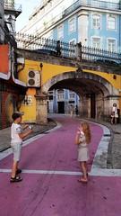 Aviones de papel en las calles de Lisboa (Gabriel Navarro Carretero) Tags: lisboa fotografíacallejera street streetphoto streetphotography paperplane children juegos games niños