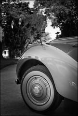 RR ( joaquim nunes) Tags: monocromtico blackwhite preto e branco pessoas arte bw fair gente profundidade de campo leicam8 summicronm35mm cars carros
